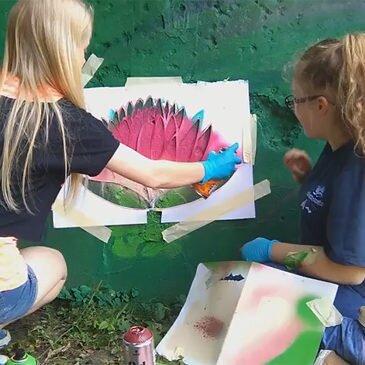Gimnazjaliści malują mural- warsztaty na Festiwalu Graffiti i Sztuk Młodzieżowych – Kraków 2016 – video