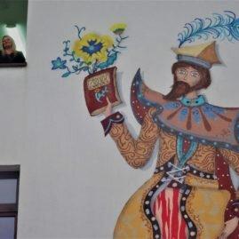 Malowanie muralu na szkole – Wyspiański w street arcie, street art w Wyspiańskim – Festiwal Graffiti i Sztuk Młodzieżowych – Bibice 2017